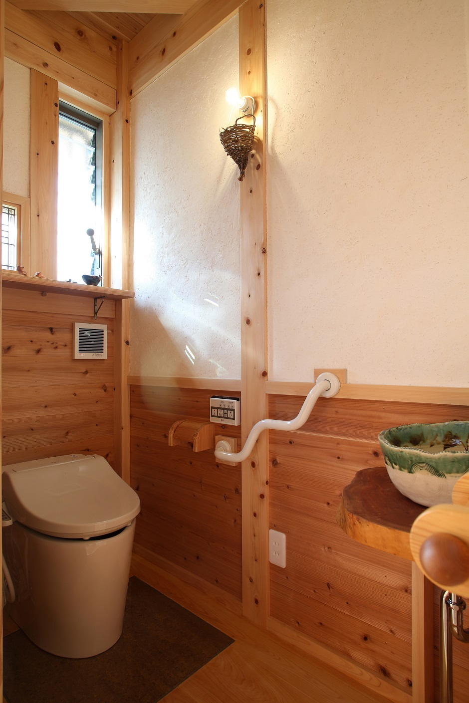 トイレは陶器の洗面ボウルが印象的な空間。窓から注ぐ太陽の光が優しく、ほっとくつろげる