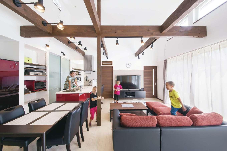 T-style ティースタイル【収納力、省エネ、インテリア】天井高く、開放感たっぷりの広々LDK。白い空間を縦横に走る梁がいいアクセントになっている。計算され尽くした窓の配置により、とても明るく心地いい。近所に住む甥っ子もこの家が大好きだ