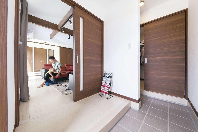 T-style ティースタイル【収納力、省エネ、インテリア】右の扉が、先述のウォークインクローゼット。来客は左の扉を利用する