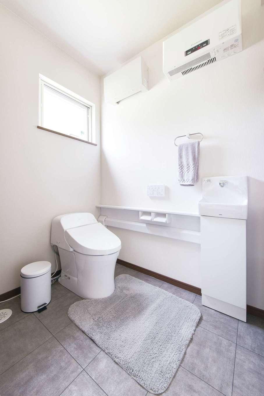 T-style ティースタイル【収納力、省エネ、インテリア】真っ白で清潔感のあるトイレも印象的。こちらも広々設計