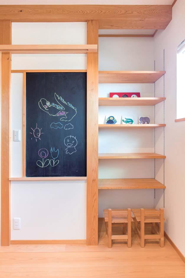 仲田工務店【藤枝市泉町44-10・モデルハウス】子ども部屋にお絵描きや勉強に使える黒板と可動棚の収納を造作