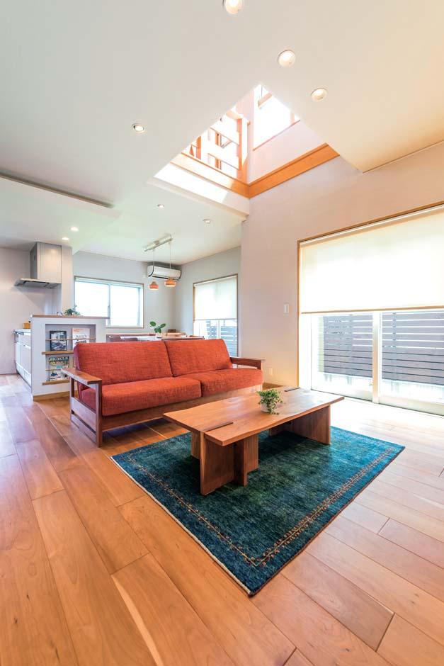 仲田工務店【藤枝市泉町44-10・モデルハウス】床はブラックチェリー、壁はシラスと、自然素材が心地いいLDK。無垢床は新築時より少し色味が濃くなり、経年変化の味わいを感じさせる