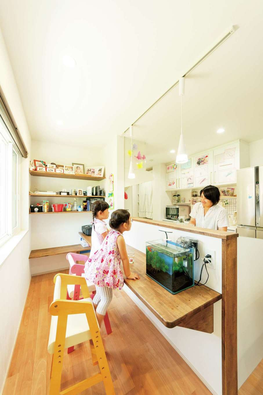 子ども達のスタディスペース。キッチンカウンター越しに会話ができる