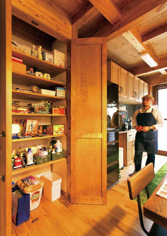 サイエンスホーム【デザイン住宅、ペット、ガレージ】パントリーの扉もひのきで造作