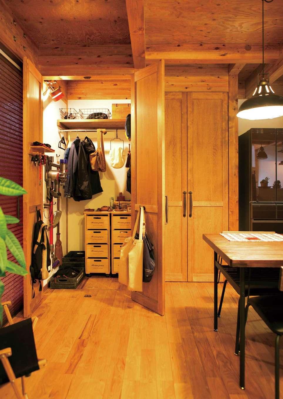 サイエンスホーム【デザイン住宅、ペット、ガレージ】便利なリビングイン収納。棚はご 主人の造作