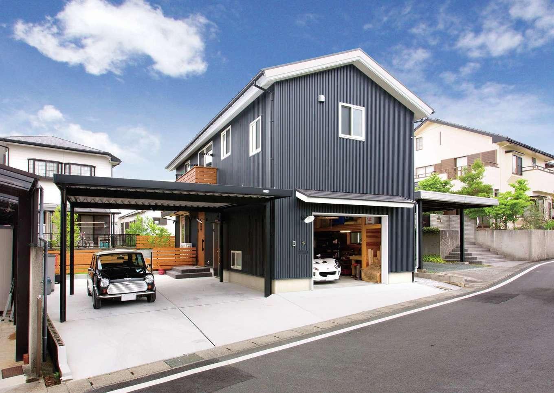 サイエンスホーム【デザイン住宅、ペット、ガレージ】外観のデザインもご主人がラフスケッチを描いた。車を3台所有するため、カーポートとインナーガレージを併設。ダークグレーのガルバリウムに、白い軒天と窓枠が映える