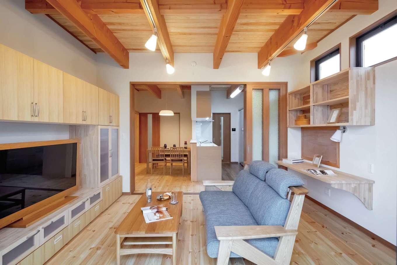 住まいるコーポレーション【二世帯住宅、自然素材、間取り】親世帯のリビング。パイン材の床とスギ板張りの天井が木の温かみを感じさせる。壁は調湿性や消臭性にすぐれた珪藻土塗り。リビングの東面にはカウンターも設けてあり、書きものやパソコン作業などに利用できる