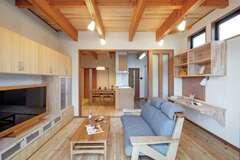 それぞれの暮らしを大切にした 無垢と珪藻土の二世帯住宅