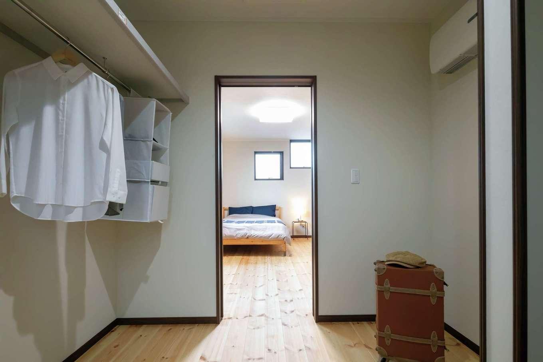 住まいるコーポレーション【二世帯住宅、自然素材、間取り】寝室にはウォークインクローゼット以外に壁面にも収納を設けてある