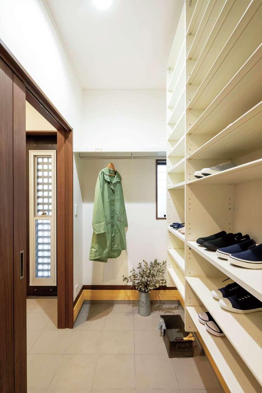 住まいるコーポレーション【二世帯住宅、自然素材、間取り】玄関のシューズクロークには家族分の靴や外着だけでなく、子どもの外遊びの道具やスポーツ用品も可動棚にすっきり収納できる