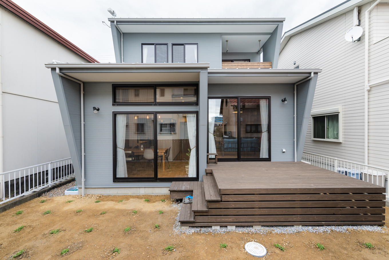 Select工房【デザイン住宅、趣味、ガレージ】リビングやダイニングのある南側の外観は、北側とは全く違う印象に。ウッドデッキが備わり、リビングと一続きにして過ごせる