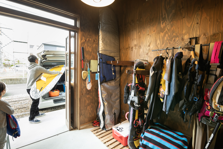 Select工房【デザイン住宅、趣味、ガレージ】インナーガレージにはサーフボード、釣り道具、ガーニンググッズなどが収納されている。蛇腹の扉を開け放てば、ボードの積み込みも簡単