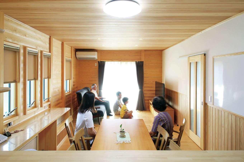2世帯共有のLDKは家族の笑顔が集う場所。板張りの壁は、柱と柱の間に厚さ3cmの天竜スギの板を落とし込んで造る「板倉造り」の象徴。木に囲まれた空間が家族の心や体に安らぎを与えてくれる