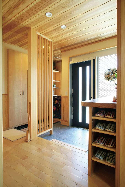 「冬は玄関に入った途端に暖かさを感じます」と奥さま。造作の玄関収納にはスリッパ入れも付いているので玄関ホールがすっきり