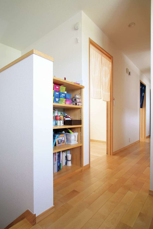 2階の廊下にはお子さまの収納棚を設け、ケースを利用して使いやすく収納