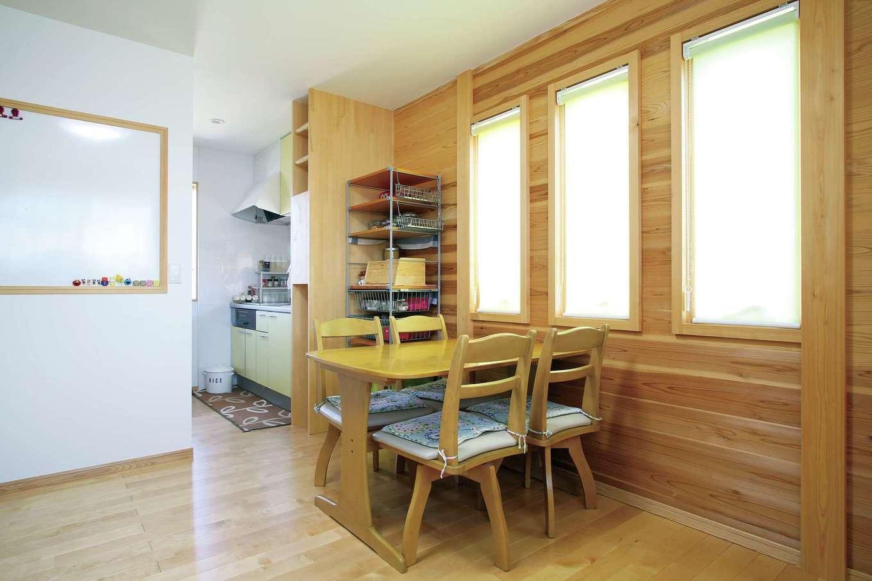 2階の子世帯のLDKにはミニキッチンを設置。壁には1階とお揃いのマグネットボードを設けてあり、各世帯の予定が一目でわかる