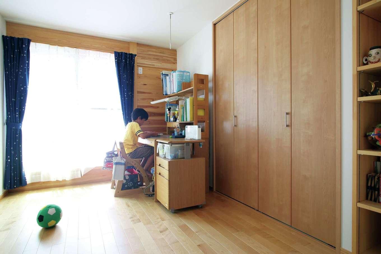 子ども部屋には天井いっぱいまでの壁面収納と造作棚を設置。整理や収納が得意な奥さまは室内の収納棚の細かいサイズまでこだわり、ものをサッと取り出せるように工夫した