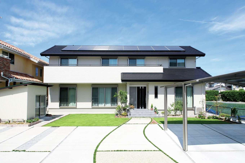 延床約56.5坪の堂々たる外観。2世帯で合計約6kWの太陽光発電を導入。ZEHの性能に加え、開口部を工夫して光や風を室内にたっぷり採り込めるようにして、いっそう心地よい住まいが実現