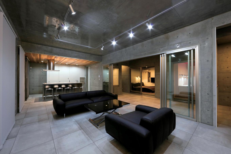 BAUM HOME(岩崎工務店)【デザイン住宅、平屋、鉄骨鉄筋コンクリート構造】開放感あふれる27畳のLDK。昼間は中庭からたっぷりの光と風を招き入れる。コンクリートは蓄熱性が高いので、冷暖房効率にすぐれている