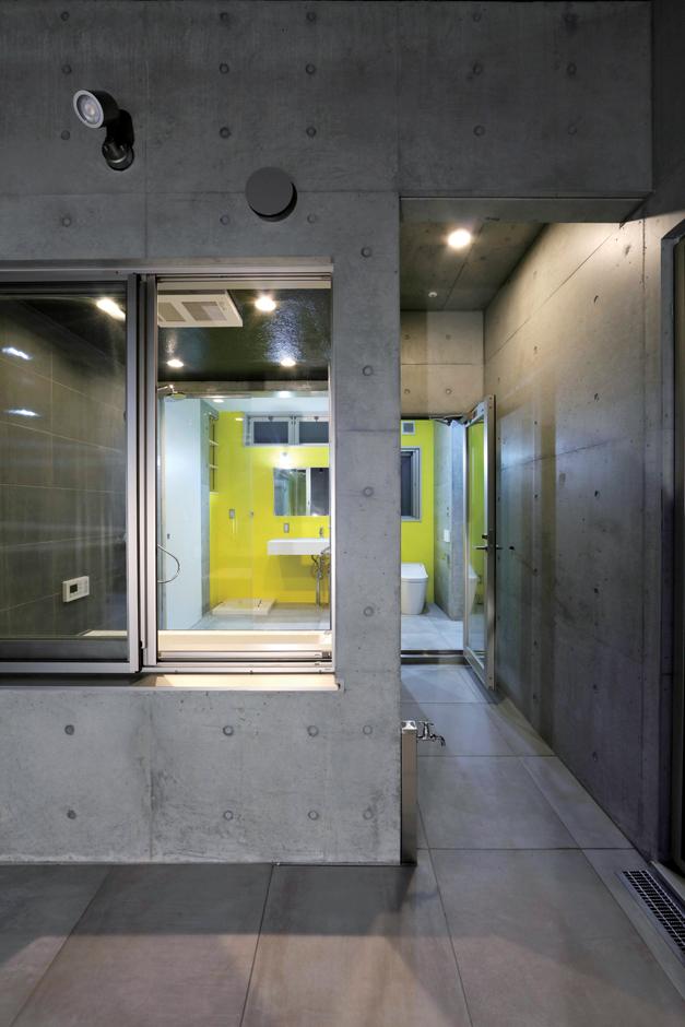 BAUM HOME(岩崎工務店)【デザイン住宅、平屋、鉄骨鉄筋コンクリート構造】ランドリールームから浴室の側を通り抜けて、中庭へとつながる便利な洗濯動線。外からは全く見えないので、外観の景観も美しく保つことができる