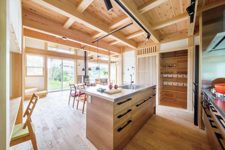 住まい工房 整建【新城市八束穂・モデルハウス】LDKの床に敷いた栗材は、表面に「なぐり」加工が施され、足裏に心地いい。キッチンパントリーや造作収納もたっぷり