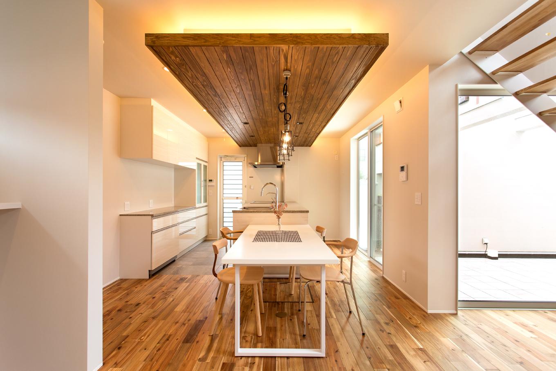 ARRCH アーチ【デザイン住宅、間取り、ガレージ】ダイニングテーブルを一列に並べたペニンシュラ型のオープンキッチン。ワークスペースはご主人と2人で料理を作る時も邪魔にならない広さを確保。家族が自然とお手伝いをしたくなるキッチンスタジオのようなワクワク感に溢れている