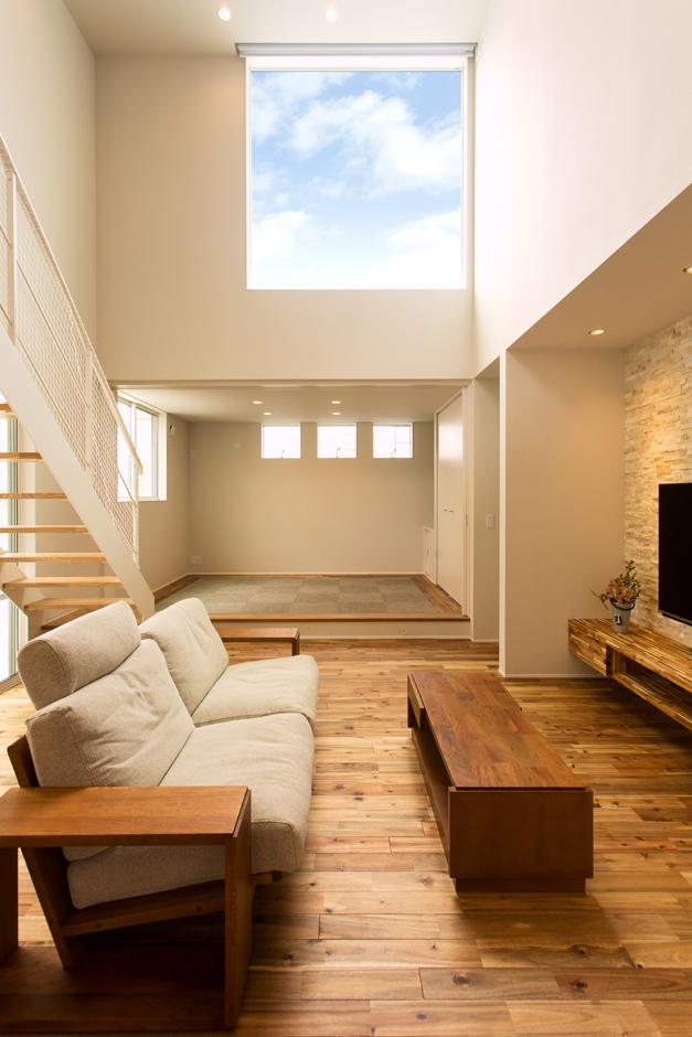 ARRCH アーチ【デザイン住宅、間取り、ガレージ】吹抜けの高窓から青空を眺めて、開放感に浸りながらゆったり寛げるリビング。掃出窓の外にはテラスデッキが広がる