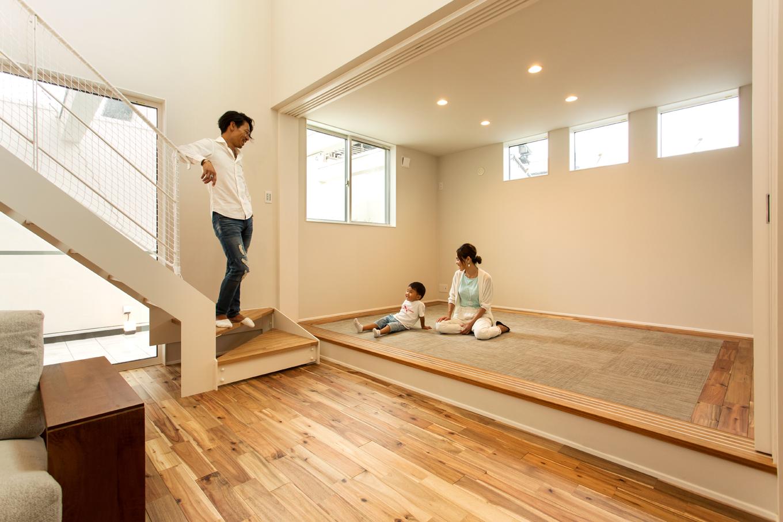 ARRCH アーチ【デザイン住宅、間取り、ガレージ】リビングの一角には、将来親御さんが一緒に住めるよう配慮して小上がりが設けてある。畳の周りをリビングの床と同材の無垢材で囲み、LDKと違和感なく調和している。設計中に2人目のお子さまが生まれたという夫妻にとって、これから赤ちゃんを寝かしたり、遊ばせたりするスペースとして大活躍しそう