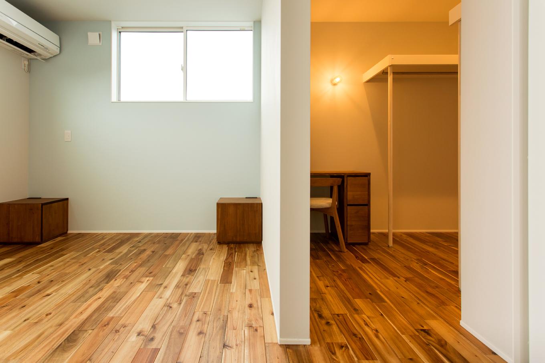 ARRCH アーチ【デザイン住宅、間取り、ガレージ】2階には吹抜けを囲むように居室が並び、清々しい気分で朝を迎えられる。こちらは南側のバルコニーに面した主寝室。壁で隔てたウォークインクローゼットがホテルライクな印象。奥行があり、衣類や荷物がたっぷり収まるゆとりの広さを確保