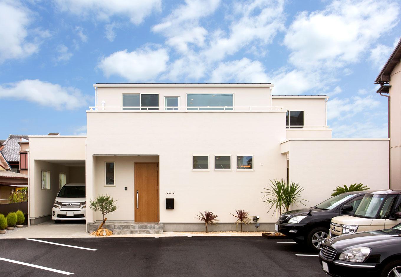 ARRCH アーチ【デザイン住宅、間取り、ガレージ】建物のサイドにインナーガレージと、壁で囲ったテラスデッキがある