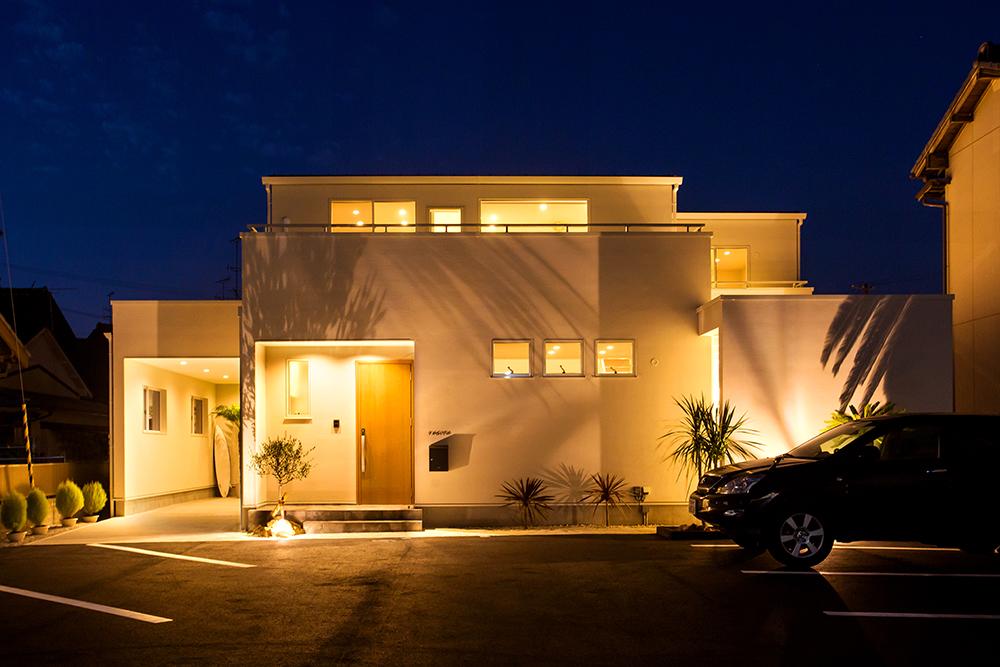 ARRCH アーチ【デザイン住宅、間取り、ガレージ】青空と海風が似合う白亜のコートハウス。デザインは生活感を隠してリゾート感を強調。