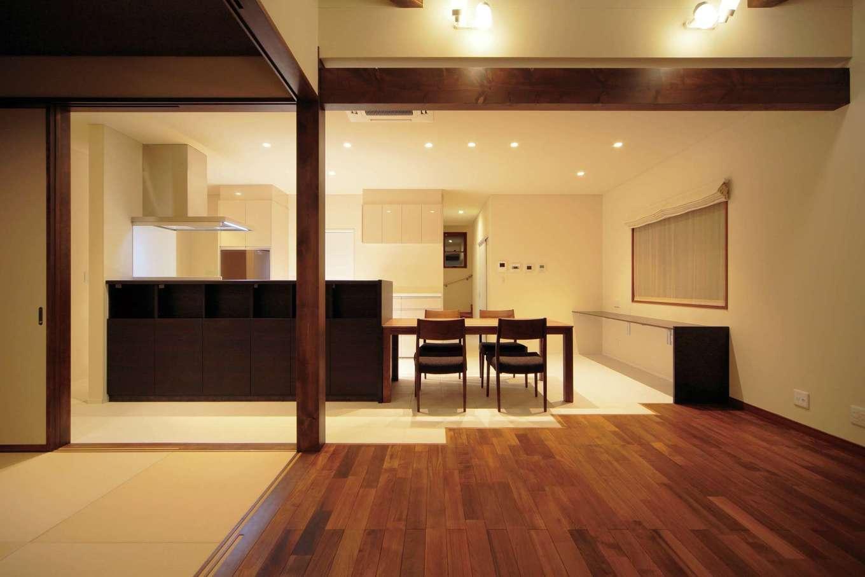アジアンリゾートをイメージしたLDK。ミャンマーチークの床に合わせて建具や柱、梁の色を統一。ダイニングキッチンの白いサーモタイルとのコントラストも美しい