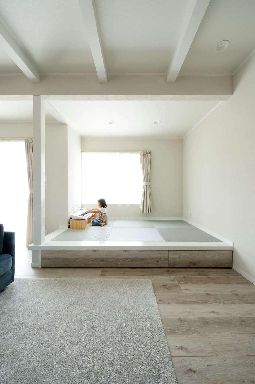 ほっと住まいる【デザイン住宅、自然素材、間取り】リビングの一角に設けた小上がりの畳スペース。下部は収納。畳の色もグレイッシュにまとめ、落ち着いた雰囲気に
