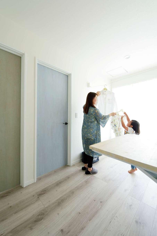 ほっと住まいる【デザイン住宅、自然素材、間取り】2階ホールは部屋干しして、そのまま造作棚でアイロンがけもできる