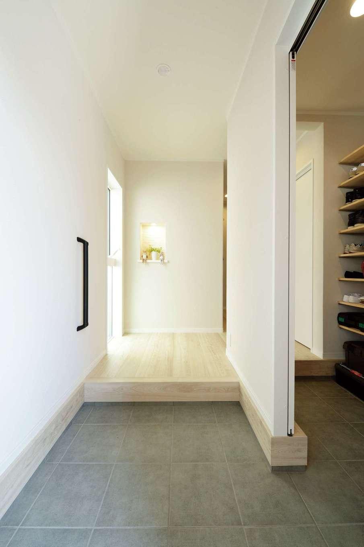 ほっと住まいる【デザイン住宅、自然素材、間取り】ゆったりとした玄関ホール。大容量のシューズクロークを備え、散らかりがちな空間を常にすっきりと見せることができる