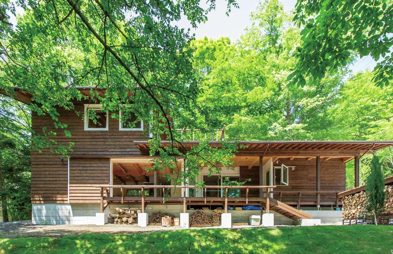 マクス (マクス一級建築士事務所)【デザイン住宅、自然素材、インテリア】基礎の高さを変えて斜面に対応。レッドシダーの外壁が森の景観になじみ、ゆくゆくは経年変化も楽しめそうだ