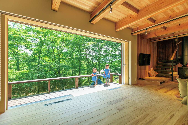 マクス (マクス一級建築士事務所)【デザイン住宅、自然素材、インテリア】リビングの南側はフルオープンにできる幅4mの大開口。構造上、真ん中に柱をつける予定だったが、Tさん夫妻の要望で却下。構造を再検討し、耐震等級3も維持できた