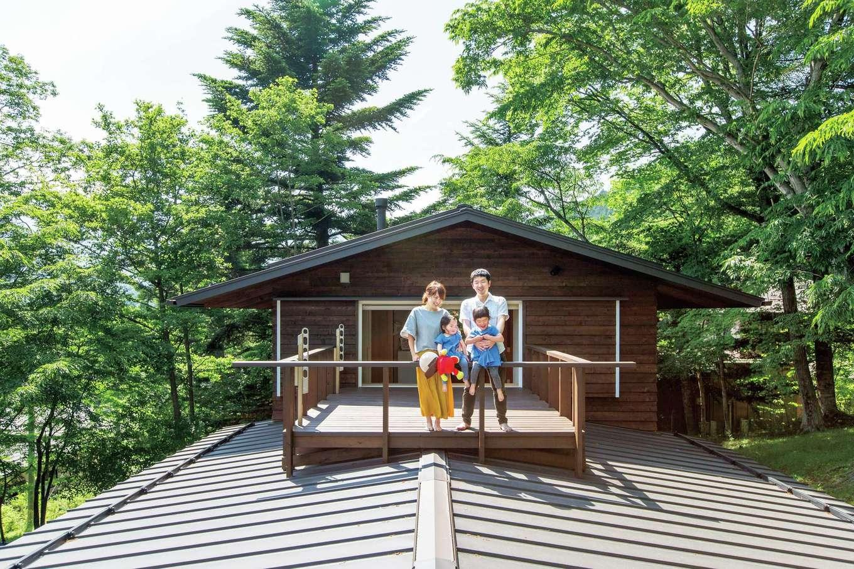 マクス (マクス一級建築士事務所)【デザイン住宅、自然素材、インテリア】1階の屋根の上に乗るスカイデッキ。居室と浴室の両方から行き来できる