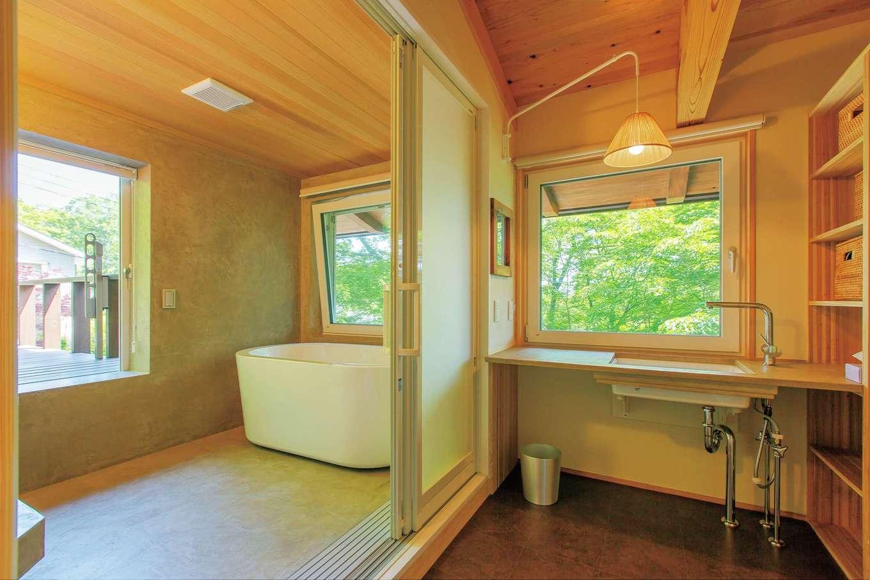 マクス (マクス一級建築士事務所)【デザイン住宅、自然素材、インテリア】見晴らしのいい2階の浴室。壁と床、洗面カウンターもモールテックスで仕上げた
