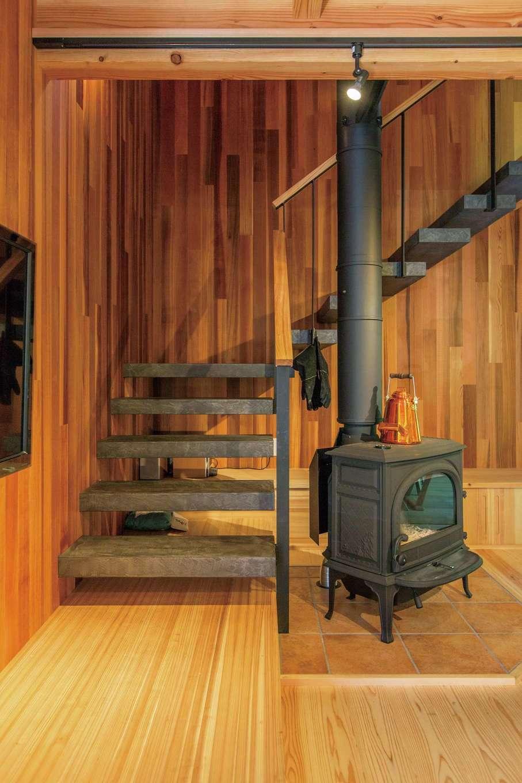 マクス (マクス一級建築士事務所)【デザイン住宅、自然素材、インテリア】空中に浮いているように見える跳ね出し階段。木の板にモールテックスを塗って無機質なイメージに