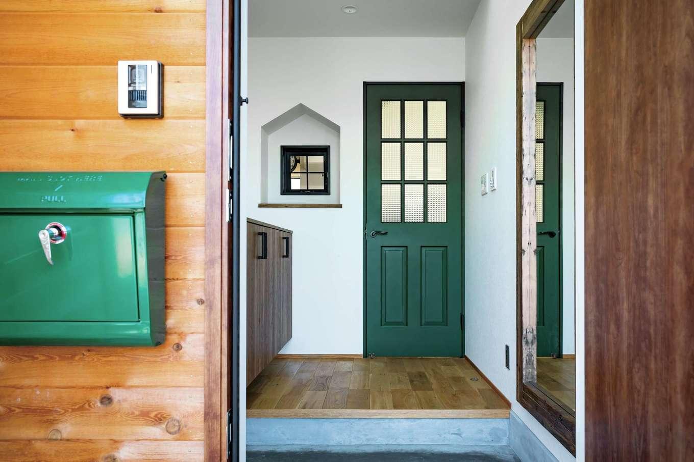 マットな質感のグリーンの建具がニュアンスを与える