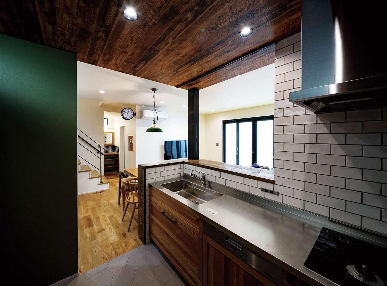 家族の様子を見渡せるカフェスタイルのキッチン。パネルは床材と同じオーク材を採用。カウンターは足場板を再利用し、シャビーな雰囲気に。『CK』からの提案により、ミーレの食洗機を施主支給したことでコストダウンにつながった