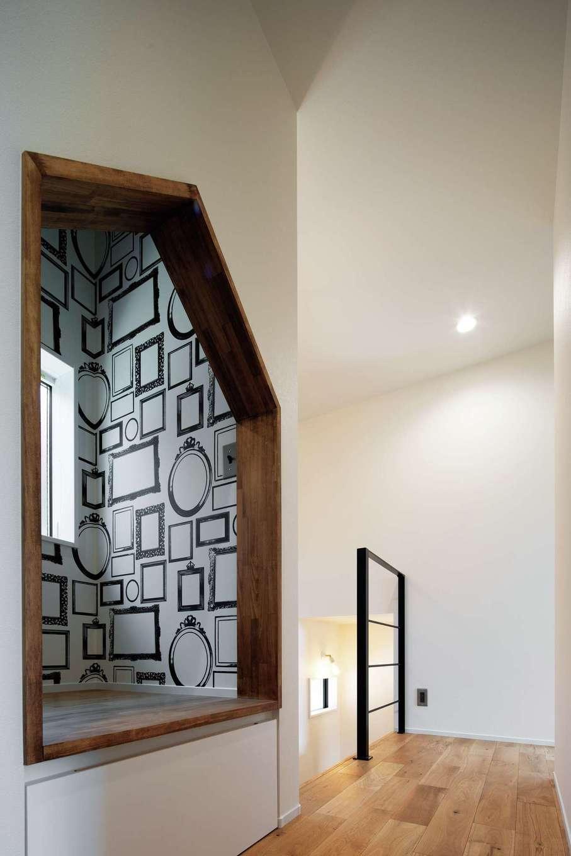 2階ホールのデッドスペースに作った奥さま専用の「おこもり部屋」。天井が高いため、閉塞感はない。額縁をデザインしたクロスに家族写真を飾る予定