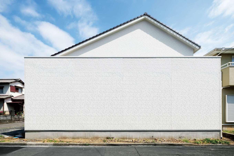 施工途中から「何のお店ができるの?」と街の話題になっていた窓のない外観。通りからの視線を避けるため、あえて日当たりのいい南面に背の高い外壁を設置した。『CKエンジニアニング』ならではの大胆で根拠のある設計に施主さんも大満足している