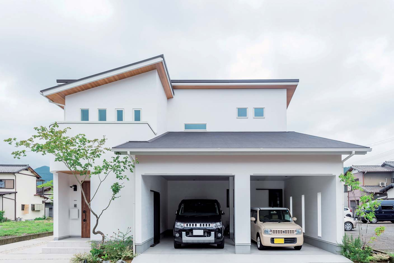 アトリエサクラ【子育て、間取り、ガレージ】安心の設計で木造ながら大きなガレージのある家を実現。買い物や子どもの送り迎えなどの奥さまの日常の使い勝手、趣味を楽しむ家族でのお出かけの動線も緻密に計算した出入り口や収納など、工夫が満載
