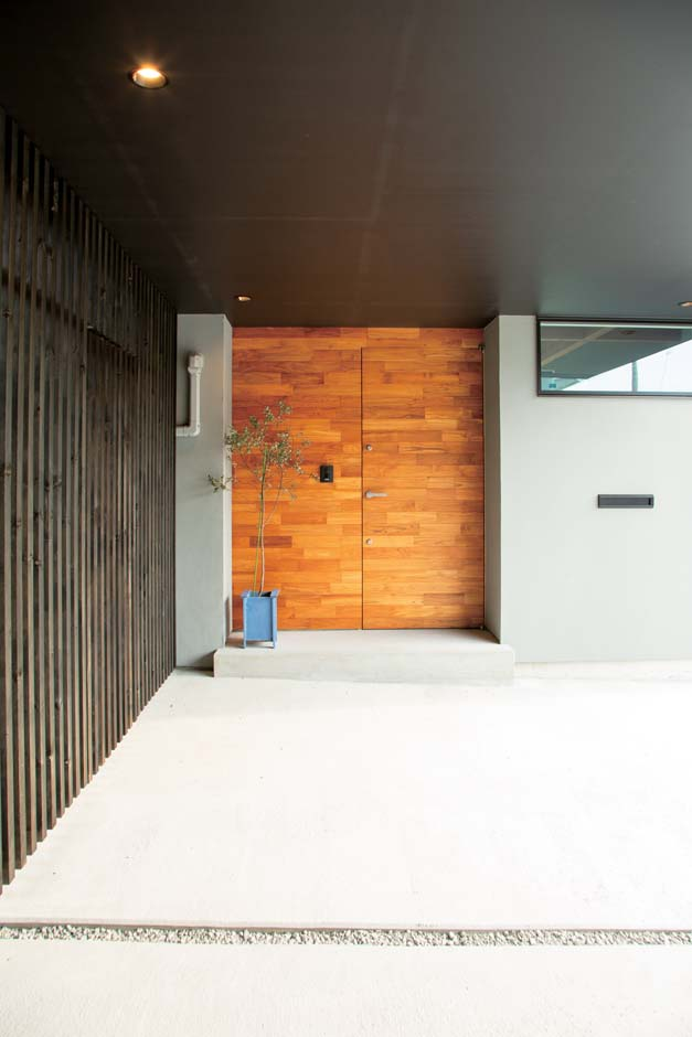 TENアーキテクツ 一級建築士事務所【デザイン住宅、高級住宅、建築家】無垢材で造作したハイドアの玄関ドア。壁との一体感が美しい