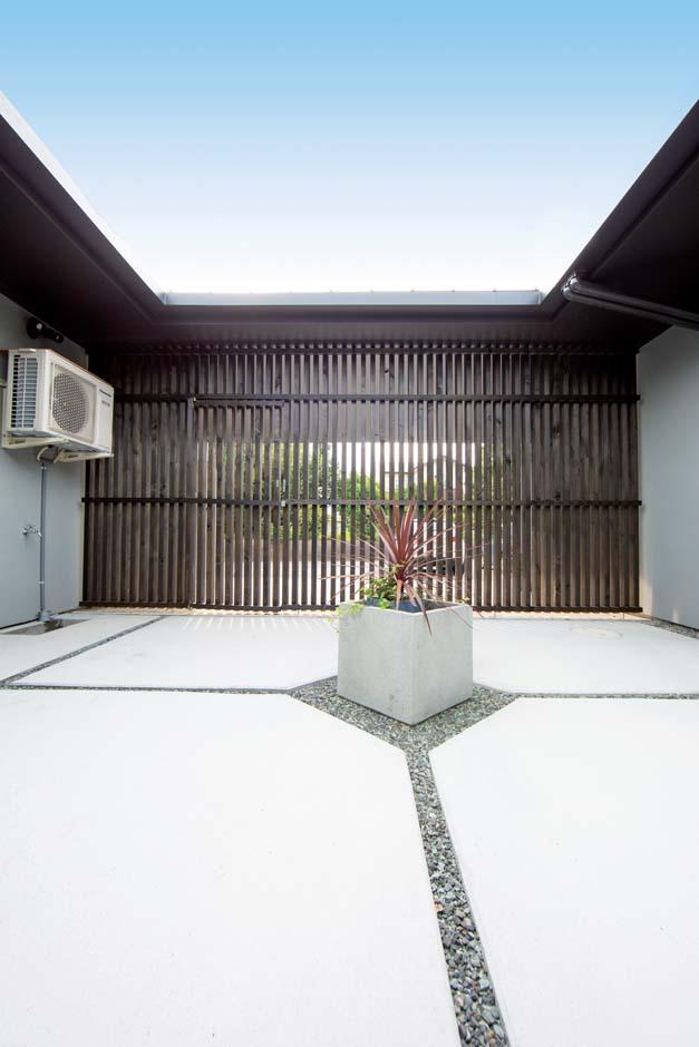 TENアーキテクツ 一級建築士事務所【デザイン住宅、高級住宅、建築家】中庭の格子戸はヒノキで造作し、町屋のような雰囲気に