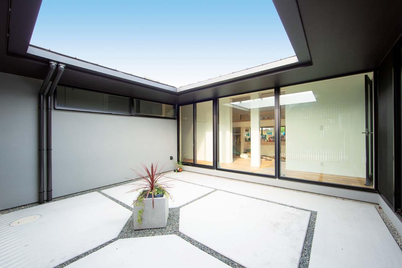 TENアーキテクツ 一級建築士事務所【デザイン住宅、高級住宅、建築家】15畳の中庭。各部屋に光と風を届けるのはもちろん、外からの目線を遮りながらBBQやプールを楽しめるプライベートガーデンにもなる