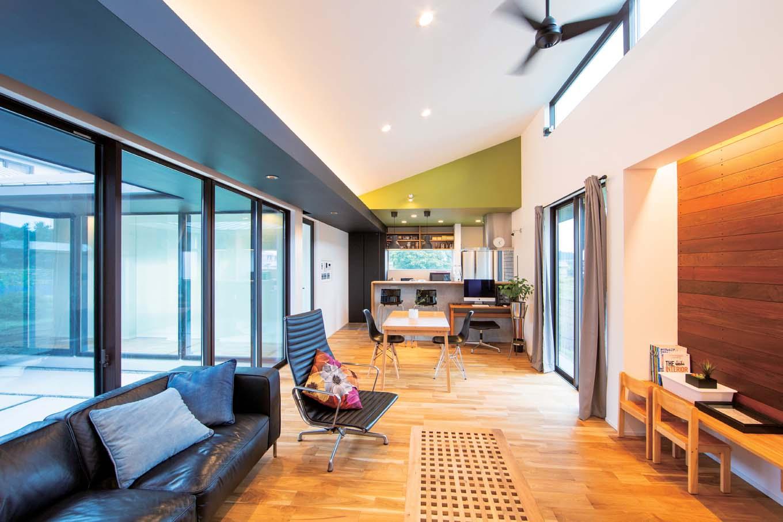 TENアーキテクツ 一級建築士事務所【デザイン住宅、高級住宅、建築家】中庭からたっぷりの光と風を招き入れるLDK。勾配天井を採用し、平屋とは思えない開放感がある。吹抜けの高窓を開けると、中庭から心地よい風が通り抜ける