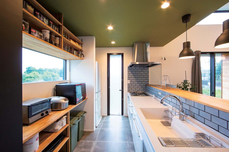 TENアーキテクツ 一級建築士事務所【デザイン住宅、高級住宅、建築家】バックヤードの窓から見えるのは箱根の山々。モスグリーンの天井が差し色に